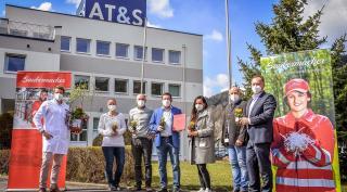 AT&S und Saubermacher stehen vor dem AT&S Headquarter