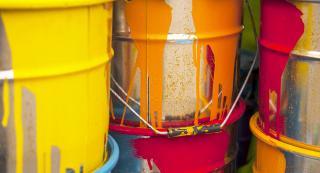 Drei Eimer mit Farbe drauf