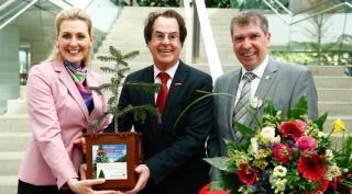 Links im Bild Bundesministerin Christine Aschbacher. In der Mitte Saubermacher Gründer Hans Roth. Rechts im Bild Bürgermeister Gosch aus Feldkirchen bei Graz