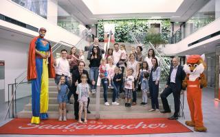 Gruppenfoto mit Saubermacher Mitarbeiterinnen und ihren Kindern