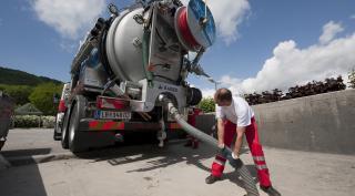 Saubermacher Mitarbeiter reinigt Kanalanlage mit Spezial-LKW und -Equipment