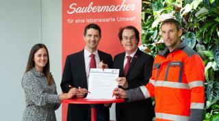 Hans Roth unterzeichnet gemeinsam mit Saubermacher Mitarbeitern das Klimavolksbegehren
