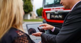 Mann zeigt einer Frau etwas auf einem Tablet