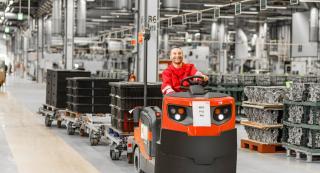 Arbeiter in der Logistik mit Fahrzeug