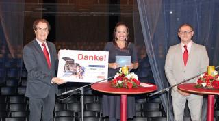 """Saubermacher Hans Roth und Mitarbeiter Gerd Valta freuen sich mit Kathi Wenusch vom ORF über die Hilfe der """"Licht ins Dunkel""""-Familie"""