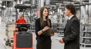 Logistik Consulting Arbeiter im Gespräch