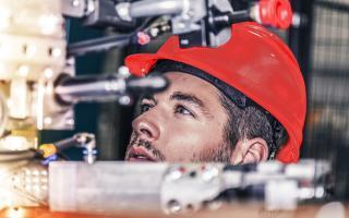 Techniker mit Helm bei der Arbeit