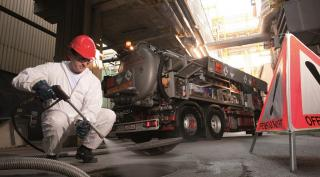 Saubermacher Mitarbeiter reinigt Ölabscheider