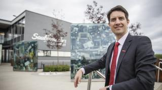 Vorstand Ralf Mittermayr steht vor dem Ecoport.