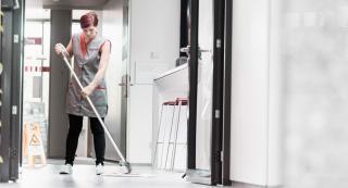 Frau beim Reinigen