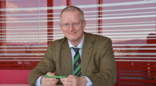Univ.-Prof. Dr. Roland Pomberger sitzt beim Interview in den Räumlichkeiten von Saubermacher.