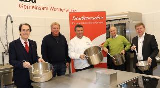 Saubermacher Gründer Hans Roth und Landesrat Johann Seitinger in der Küche des Marienstüberls in Graz.