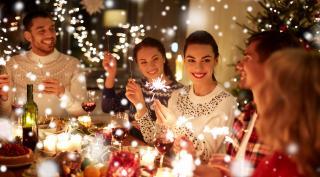 Gemeinsames Weihnachtsessen mit Familie und Freunden