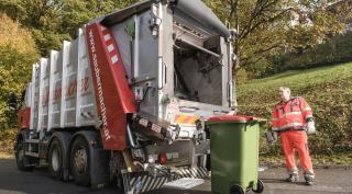 Wertstoffscanner LKW mit dem Fahrer davor
