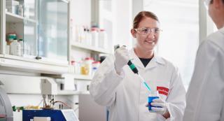 Saubermacher Mitarbeiterin im Labor